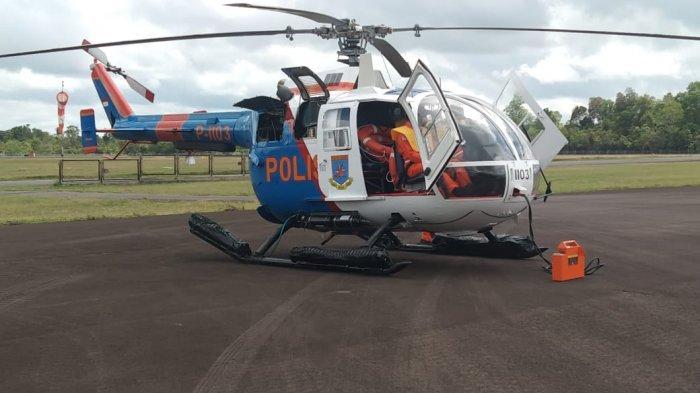 Helikopter milik Polda Kalteng yang ikut dikerahkan mencari korban tenggelamnya KM Putri Ayu di Perairan Kumai, Kobar, Kalteng, Kamis (19/8/2021)