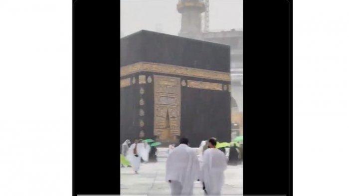 Jemaah Tetap Beribadah Meski Kabah Masjidil Haram Mekkah Diguyur Hujan Deras Disertai Butiran Es