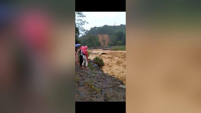 Banjir Kalsel, Air Sungai Naik Empa Warga Alat Mengungsi ke Gunung