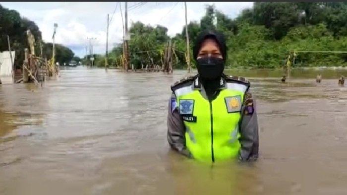 Polwan Kasatlantas Polres Katingan Ini Terobos Banjir di Kasongan Atur Lalu Lintas Kendaraan