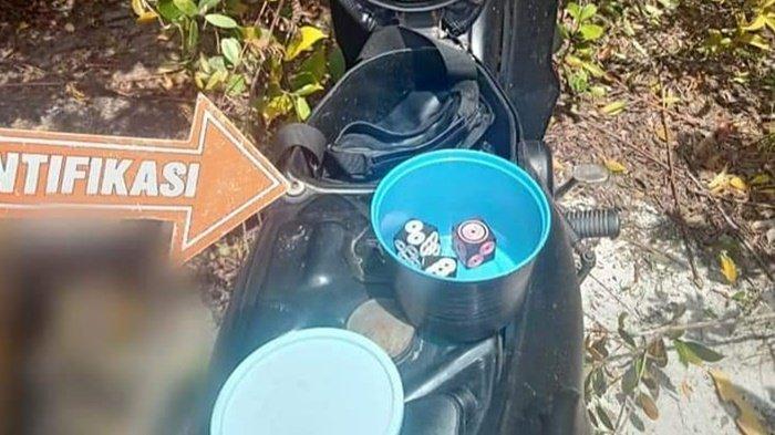 Isi di bawah jok motor korban tanpa identitas di Kota Palangkaraya, Provinsi Kalimantan Tengah, Minggu (20/9/2020).