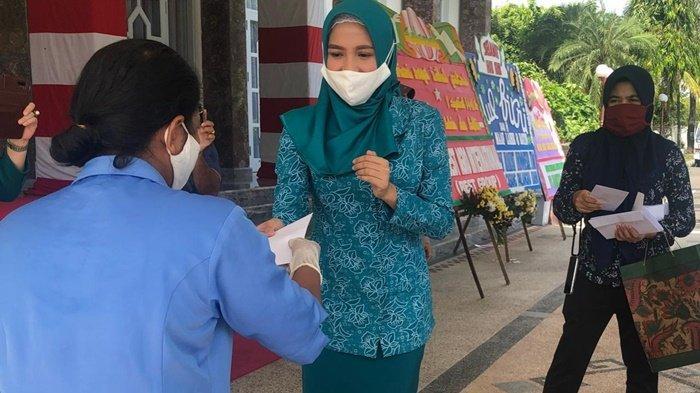 Istri Gubernur Kalteng Serahkan Bantuan untuk 130 Tenaga Kontrak