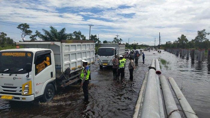 Pengendara Lewat Trans Kalimantan Poros Tengah Bukitrawi Pulangpisau Waspada Lubang Jalan Banjir