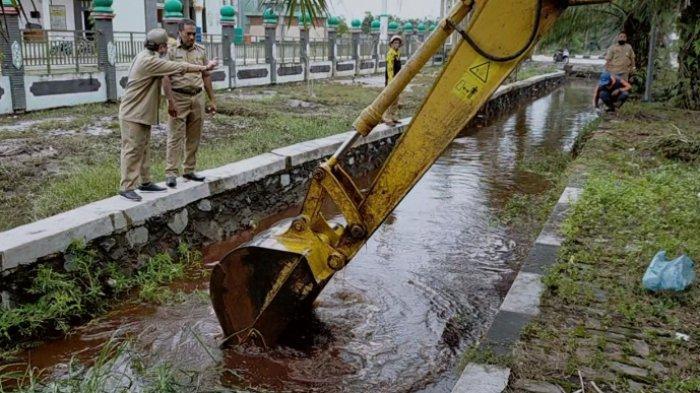 VIDEO Rumput Penghambat Saluran Air Jalur Sampit Pangkalanbun Dibersihkan Cegah Air Meluber ke Jalan