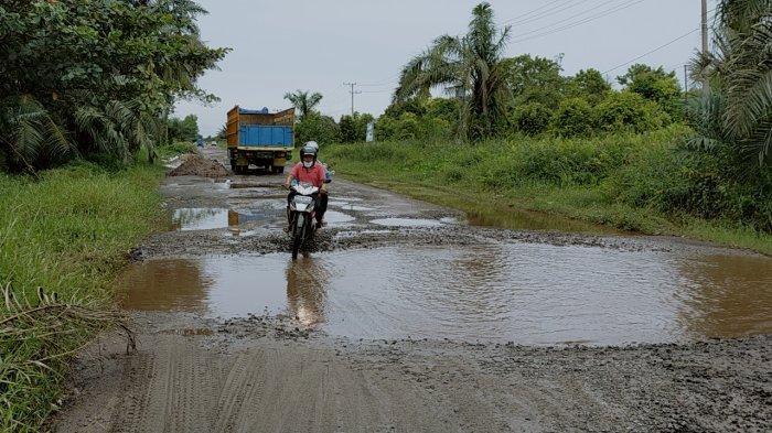Jalan Lingkar Luar Sampit Kalteng Belum Optimal Dibenahi, Jalan Rusak Berkubang Saat Hujan