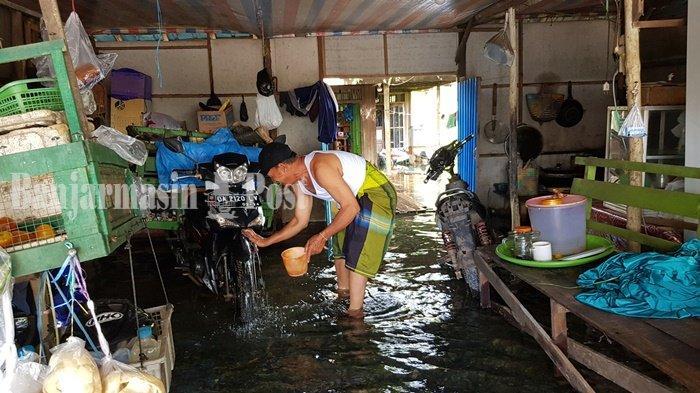 Rumah di Tepi  Jalan Trans Kalimantan jalur Pelaihari-Banjarmasin Masih Terendam Banjir