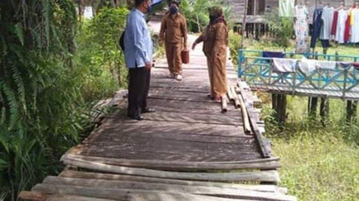 Jalan Titian Bantaran Sungai Rungan Kelurahan Marang Palangkaraya Rusak