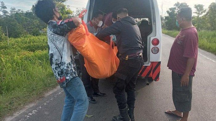 Jenazah Rusbandi (21) diduga korban kecelakaan tunggal di Palangkaraya, Kalteng saat dievakuasi, Senin (19/4/2021)
