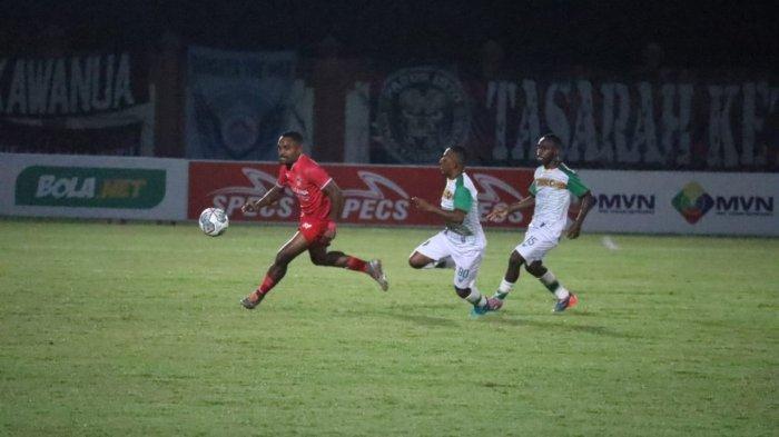 Pemain Kalteng Putra (jersey merah) dan Persewar Waropen beradu lari berebut bola dalam laga Liga 2 2021 di Stadion Tuah Pahoe Palangkaraya, Senin (11/10/2021)