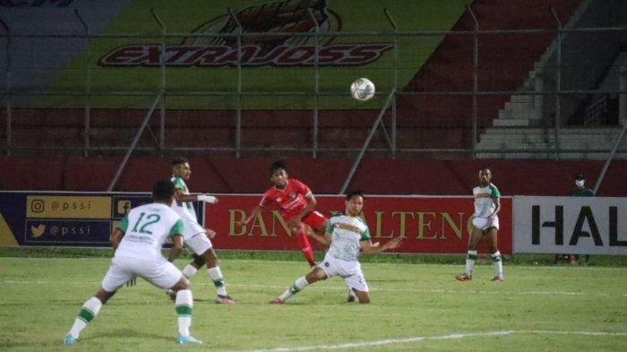 Serangan pemain Kalteng Putra (jersey merah) di antara para pemain Persewar Waropen, Senin (11/10/2021).