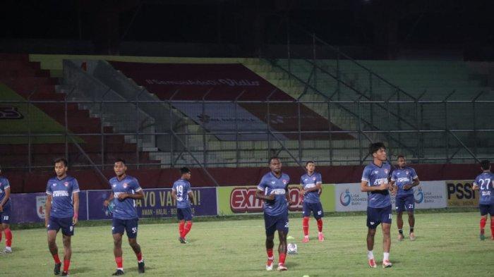 Pemain Kalteng Putra latihan jelang melawan Persewar di Stadion Tuah Pahoe Palangkaraya, Senin (11/10/2021)