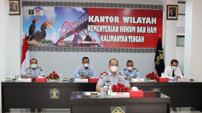 Jajaran Kemenkumham Kalteng dipimpin Kepala Kantor Wilayah Ilham Djaya mengikuti arahan dari Sekretaris Jenderal Kemenkumham, Andap Budhi Revianto yang dilaksanakan secara virtual melalui aplikasi zoom meeting, Senin (13/9/2021).