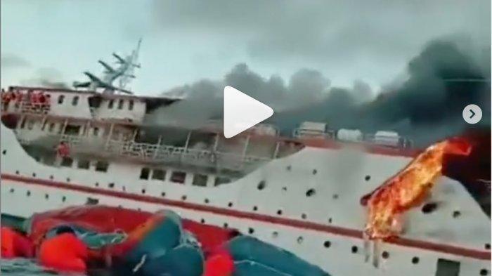 Video Ratusan Penumpang Histeris dan Berlompatan ke Laut, Kapal Karya Indah Terbakar