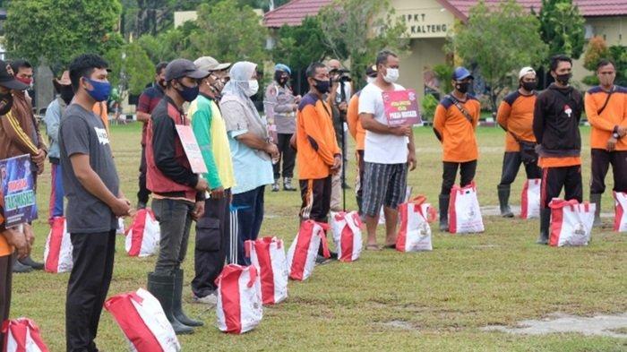 Kapolda Kalteng Salurkan Paket Bantuan Sosial dari Presiden Joko Widodo kepada Warga di Kalteng