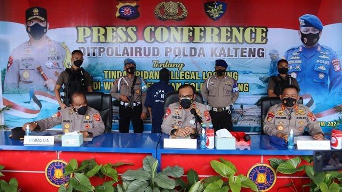 Kapolda Kalteng Irjen Pol Dedi Prasetyo jelaskan hasil tangkapan illegal logging di Sungai Mentaya Sampit, Kotim Kalteng, Sabtu (26/6/2021)