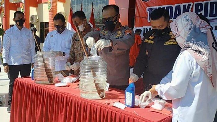 Kapolda Kalteng, Irjen Pol Dedi Prasetyo, Kepala BNNP Kalteng, Balai POM dan kejaksaan setempat lakukan pemusnahan barbuk pengungkapan kasus narkoba di Kalteng, JUmat (17/9/2021)