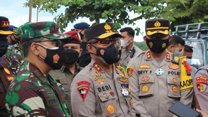 Beri Semangat Petugas Posko Penyekatan di Kalteng, Kapolda Kalteng dan Danrem Berikan Bingkisan