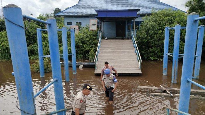 Waspada Luapan Air, Kapolsek Bukitbatu Palangkaraya Pantau Debit Sungai Rungan Kalteng