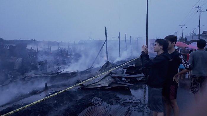 Kebakaran Pasar Sejumput Baamang Hulu Sampit, Petugas Memadamkan Api Lewat Jalur Darat dan Sungai