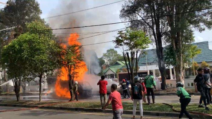 BREAKING NEWS, Terjadi Kebakaran Mobil di Jalan Willem AS Kompleks Perkantoran Pemprov Kalteng