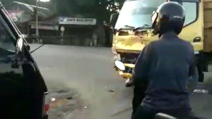 VIDEO Truk dan Pikap Adu Kuat di Trafficlight Sarigadung Simpangempat Tanbu Kalsel