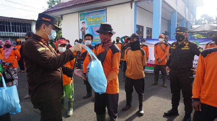Kejati Kalteng Bagikan Bantuan Paket Sembako untuk Penghuni Panti Sosial dan Petugas Kebersihan