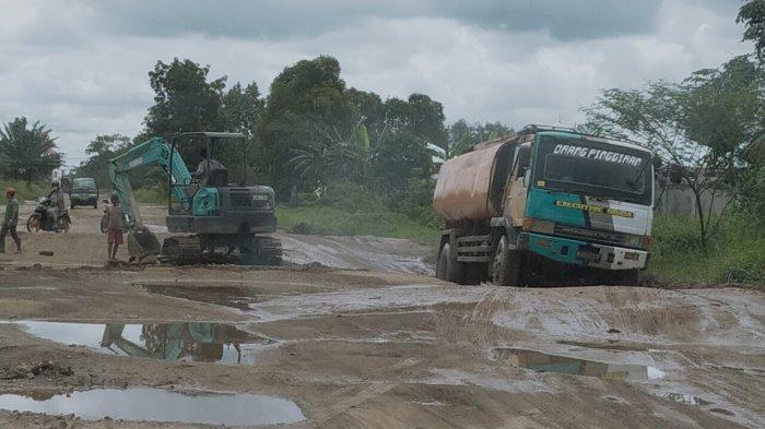 Jalan Lingkar Selatan Sampit Rusak, Truk Angkutan Sawit Masuk Jalan dalam Kota