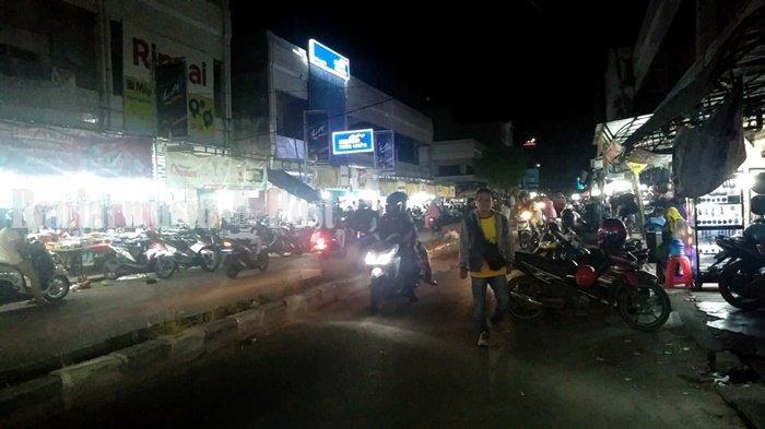 Warga Ramai Kumpul di Pasar Sampit Saat Takbiran