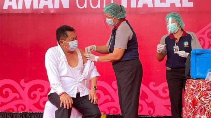 Ketua DPRD Kalteng  Wiyatno saat divaksinasi dalam pemberian vaksinasi Covid-19  serentak di  Palangkaraya, Kalteng, Kamis (14/1/2021).