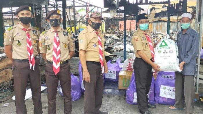 Pramuka Kapuas Bantu Korban Kebakaran Enam Rumah di Jalan Anggrek
