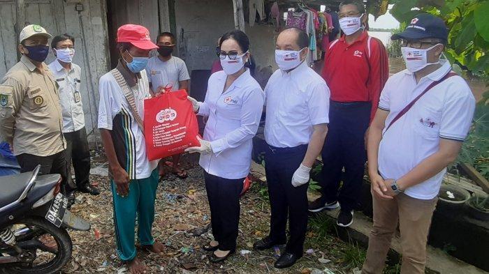 PMI Kapuas Bagikan 500 Paket Sembako untuk Warga