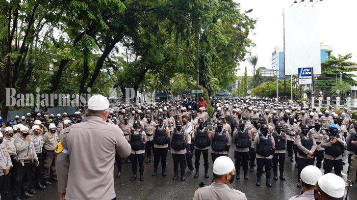 Ribuan Pasukan Gabungan Berkopiah Putih Amankan Unjuk Rasa di DPRD Kalsel