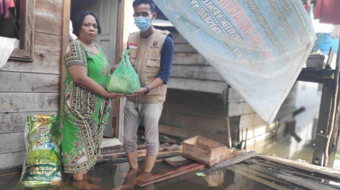 Bantuan Paket Sembako Mulai Disalurkan Untuk Korban Banjir Kalteng