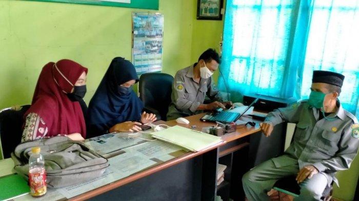 Dua Mahasiwi Banjarmasin Penelitian Lapangan di KUA Pulau Petak Kapuas