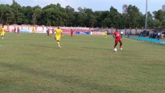 Pemain Kalteng Putra (jersey merah) dan Persiba Balikpapan berebut bola dalam laga Liga 2 2021 di Stadion Tuah Pahoe Palangkaraya, Rabu (6/10/2021)