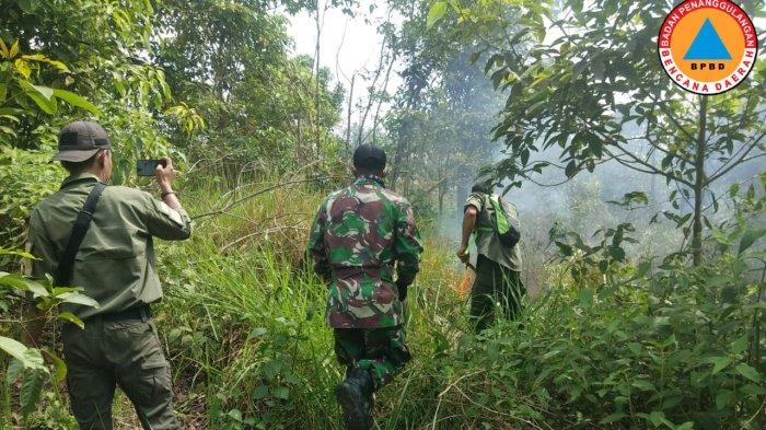 Lahan semak belukar di Desa Pandansari terbakar, siang kemarin. Tim gabungan lamgsung turun memadamkan api.