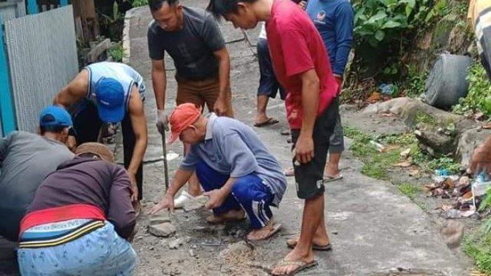 Warga Flamboyan Bawah Palangkaraya Swadaya Perbaiki Jalan Rusak Pasca Banjir