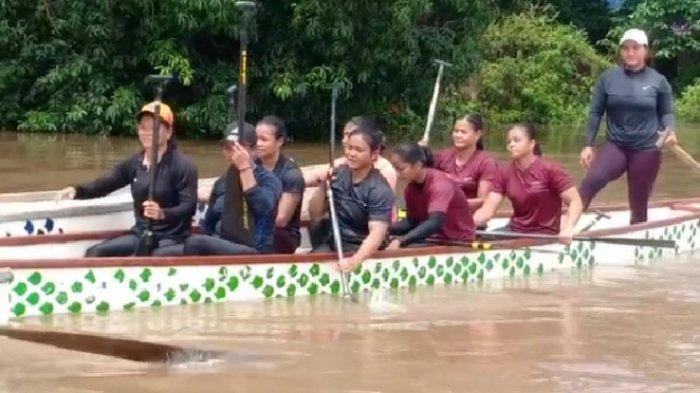 Atlet Dayung Kalteng saat melakukan latihan di Sungai Kahayan Palangkaraya, Rabu (22/9/2021).