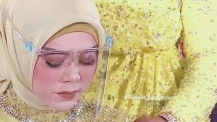 Lesti Kejora menahan tangis saat memohon maaf karena pernah membohongi orangtua saat prosesi siraman, Rabu (18/8/2021)