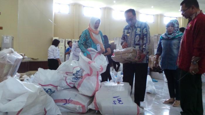 Pengiriman Logistik Daerah Sungai dan Pesisir Pantai, KPU Kalteng Bungkus Plastik Kotak Suara