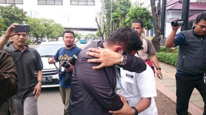 Usai Diperiksa BNN, Mantan Pilot Citilink Tutupi Wajah Sambil Mengumpat