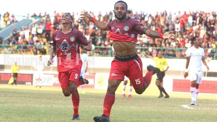 Mario Aibekop, penyerang Martapura FC merayakan gol yang diciptakannya ke gawang Persis Solo di laga Liga 2 2019, Jumat (13/9/2019) sore di Stadion Demang Lehman, Martapura, Kabupaten Banjar, Kalimantan Selatan.