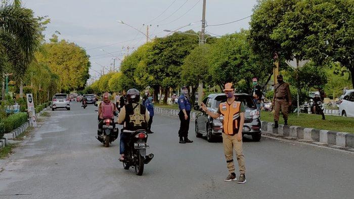 Petugas Ingatkan Pedagang Pasar Subuh Palangkaraya Pakai Masker Saat Berjualan