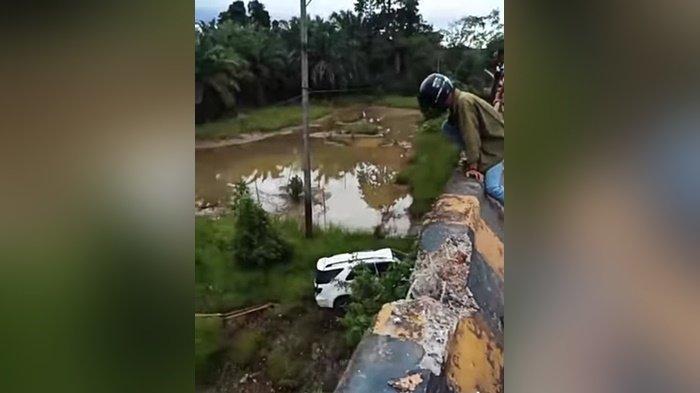 Kecelakaan Kalsel, Mobil Fontuner Terjun Bebas dari Jembatan Asam-asam Tala Kalsel