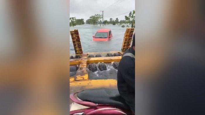Disapu Banjir, Mobil Merah Mengapung di Pengayuan Banjarbaru Kalsel