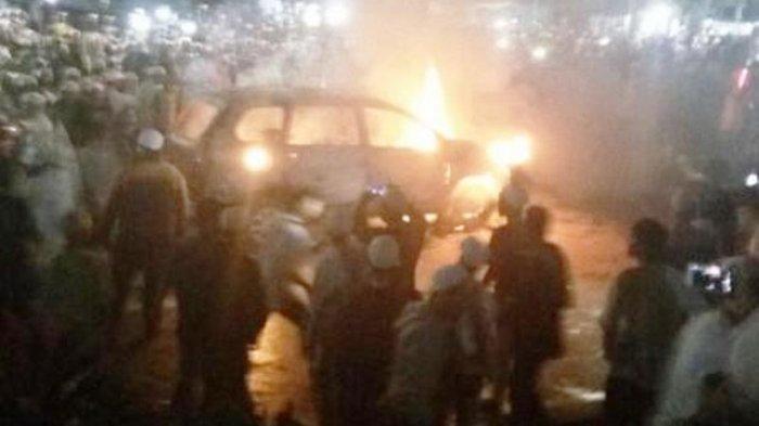 Aksi Menegangkan Polisi Kejar Mobil Perampok, Berakhir Tabrak Tiang hingga Terbakar Hebat