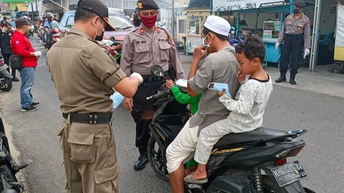 Satbinmas Kapuas Bersama Tim Satgas Tertibkan Penggunaan Masker Pengendara Sekaligus Imbau Warga