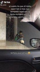 Tangkapan layar video driver ojol baca Al Quran