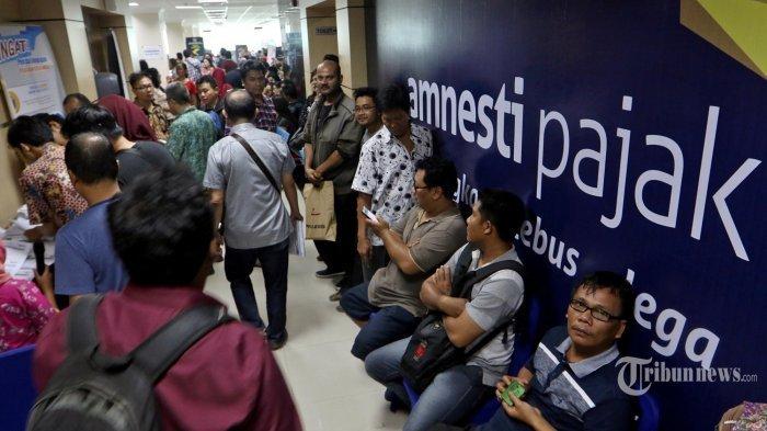 Wajib pajak memadati Kantor Wilayah Direktorat Jendral Pajak (DJP) Sumatera Utara I, Medan, Sumatera Utara, Jumat (31/3/2017). Hari terakhir program Tax Amnesty, penghitungan hasil sementara jumlah penerimaan untuk Sumut melampui target berdasarkan Surat Setoran Pajak (SSP) sebesar Rp4,933 triliun.