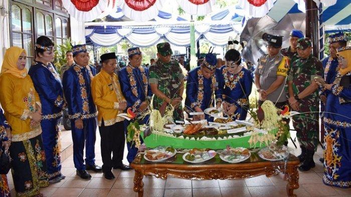Hari Jadi ke-213 Kota Kuala Kapuas dan HUT ke-68 Pemkab Kapuas Diwarnai Ritual Adat Dayak